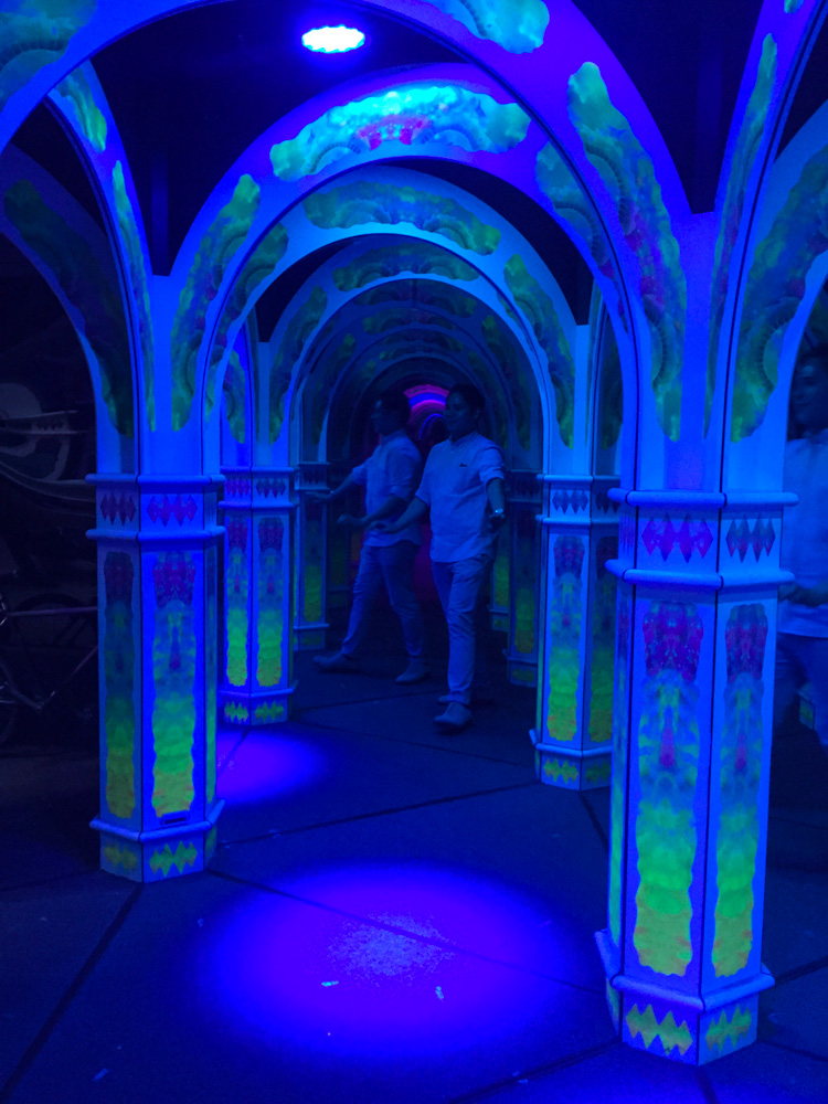 The infinite corridors of the mirror maze