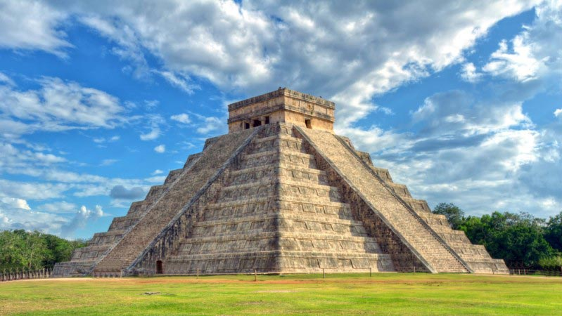 Mayan pyramid of Kukulcan El Castillo in Chichen Itza, Mexico